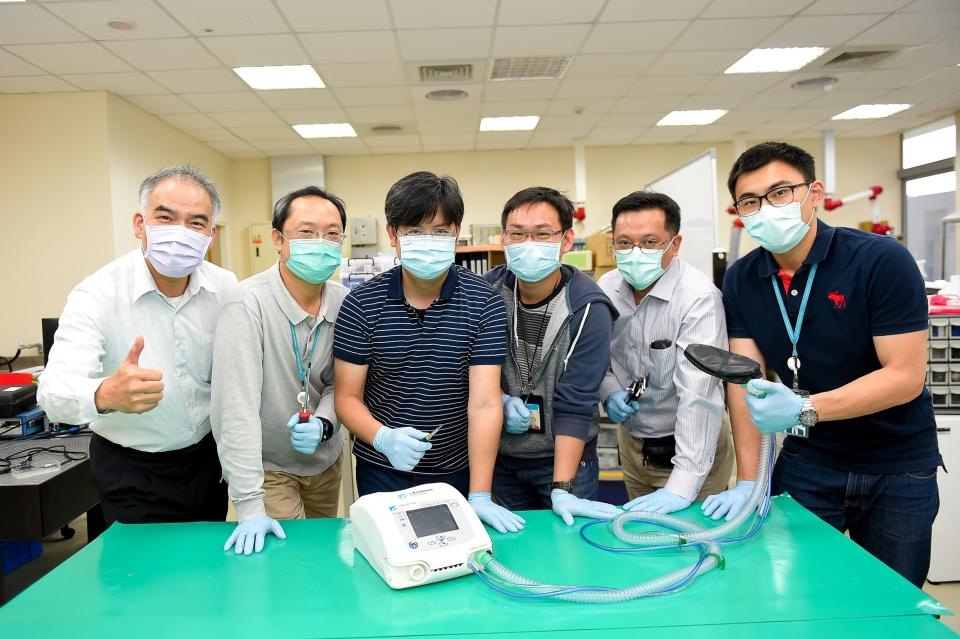 工研院攜手產業合作,17天就完成臺灣首台呼吸器原型機並順利運轉,並於8月12日通過TFDA核准,提升臺灣產業爭取布局高階醫材機會。