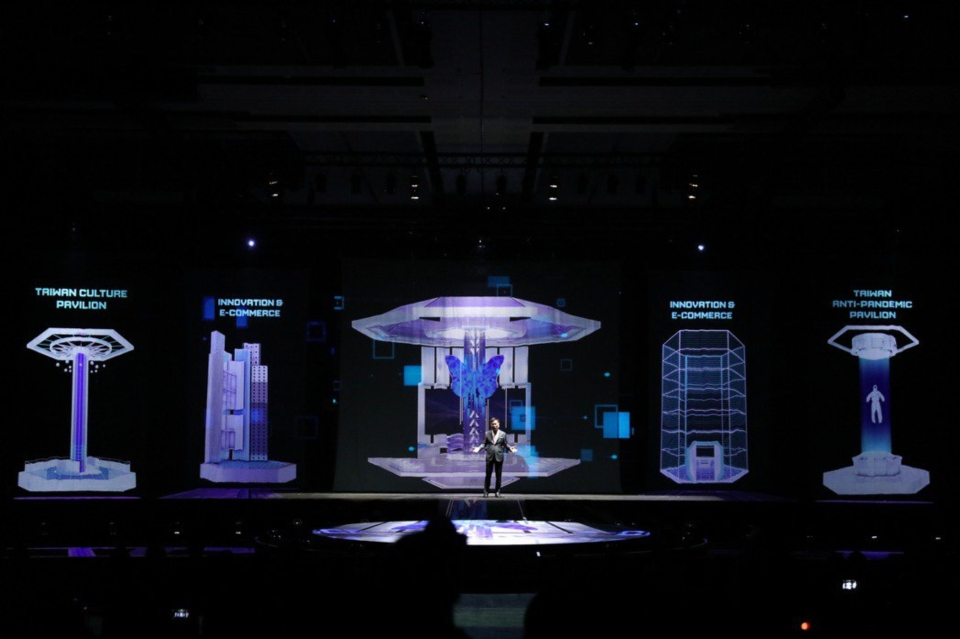 貿協董事長黃志芳於「2020線上越南台灣形象展」開幕以浮空投影科技展示未來展覽演變。圖/貿協提供