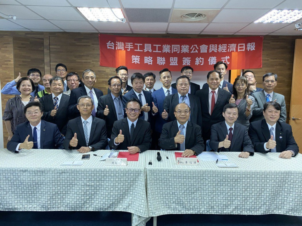 THTMA and EDN representatives attend a meeting to sign an MOU signaling cooperation over hosting the 2021 Taiwan Hardware Show. (Photo courtesy of EDN)