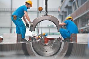 大陸第3季GDP年增4.9%,累計前三季GDP年增0.7%。圖為四川德陽某工廠忙碌的工人。圖檔來源: 中新社/聯合報系。