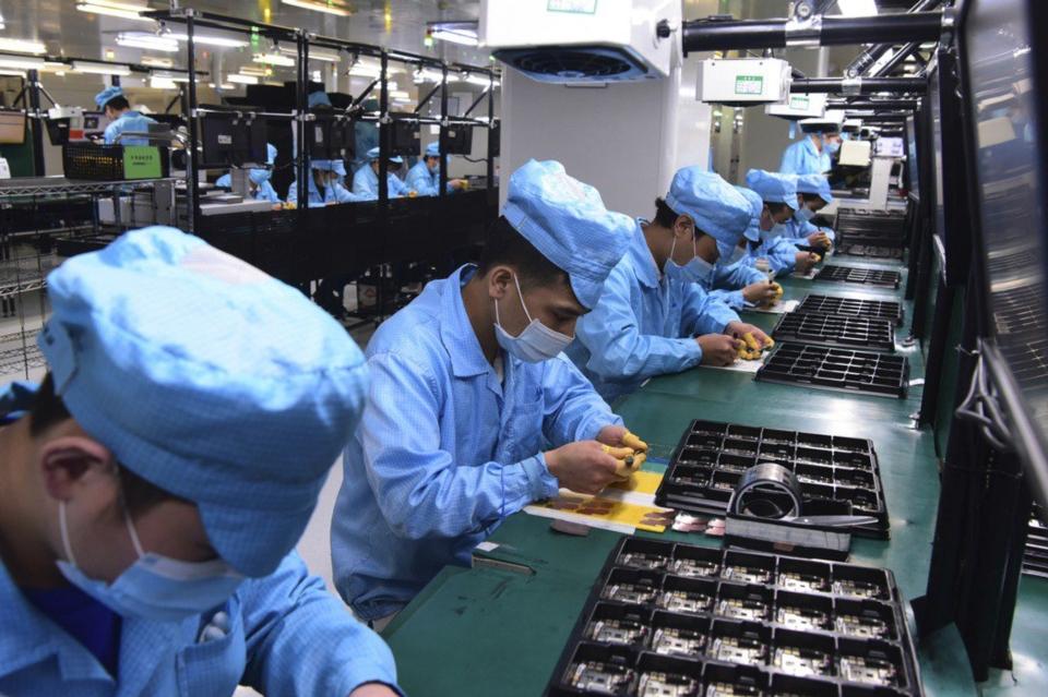 OPPO、vivo、小米近期擴大對以聯發科為首的台灣IC設計廠備料。圖為大陸非蘋手機廠生產線。(美聯社)