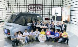 行政院長蘇貞昌(後排左五)與經濟部長王美花(後排左六)等貴賓與年輕工程師群在自駕電動小巴WinBus前合照。(圖/車測中心提供)