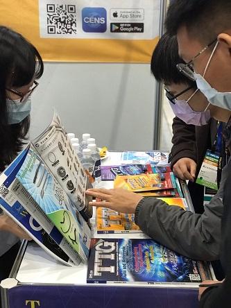 Visitors flip through the Taiwan Transportation Equipment Guide (TTG). (Photo taken by Chao Ting-yu)