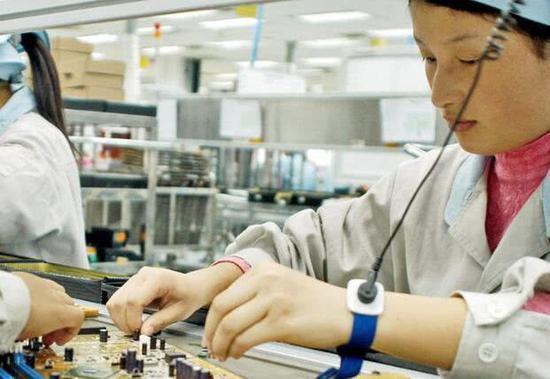 蘋果9日宣布,協力廠和碩大陸廠區違反與學生勞工計畫相關的規定,將暫停與和碩的新業務。圖為代工廠生產線示意圖。(取自新浪網)