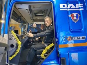 台塑集團常務委員王文潮坐上DAF六期新車的駕駛座,體驗新車駕馭的感覺。記者宋健生/攝影