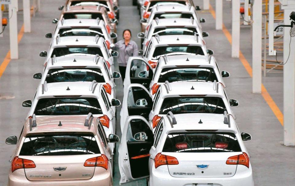 大陸國家發改委擬整頓新能源汽車過剩產能。圖為福建某新能源汽車生產線。 中新社