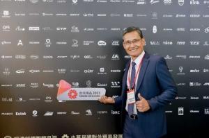 智晶光電以穿透式OLED觸控面板獲2021年台灣精品獎,圖為智晶總經理李湘耘代表出席領獎。圖/智晶提供