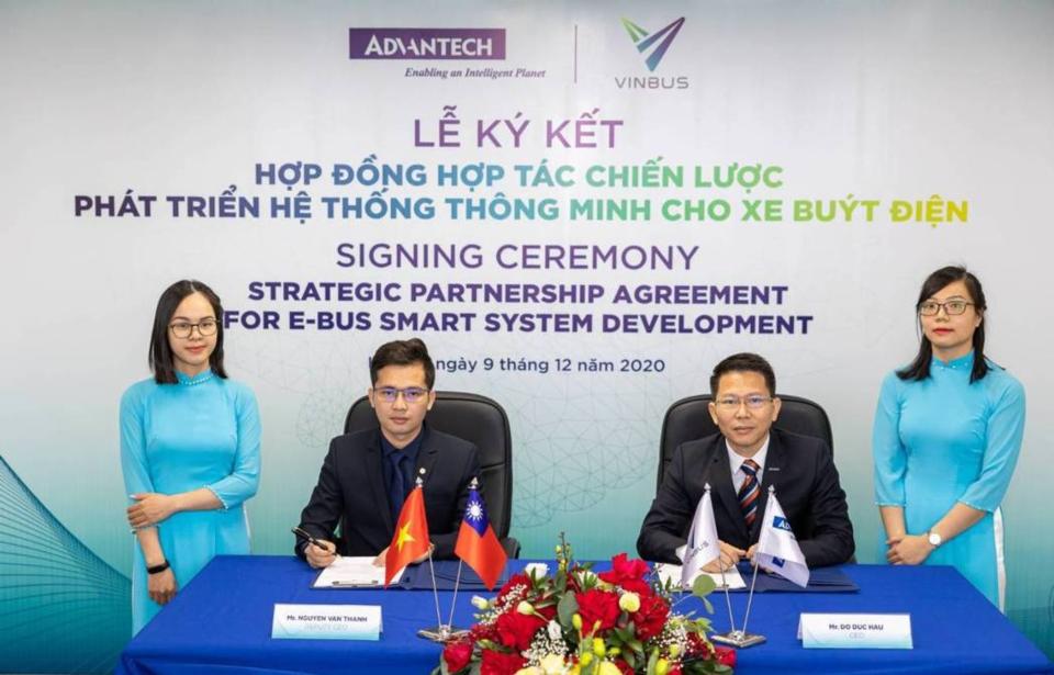 左起VinBus副總經理Nguyen Van Thanh、研華越南子公司總經理Do Duc Hau。研華/提供