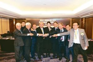 工具機公會理事長許文憲(左五)帶領TMBA勇於開創新局,積極與各大公協會及法人團體單位合作。 圖檔來源:聯合報系 黃奇鐘/攝影