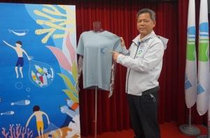 環保署回收基管會執行秘書顏旭明展示「潯寶衣」。照片/環保署提供