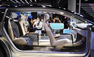 全球都在發展電動車與新能源車,圖為去年七月底成都國際車展展出多款自動化新車型。(中新社)