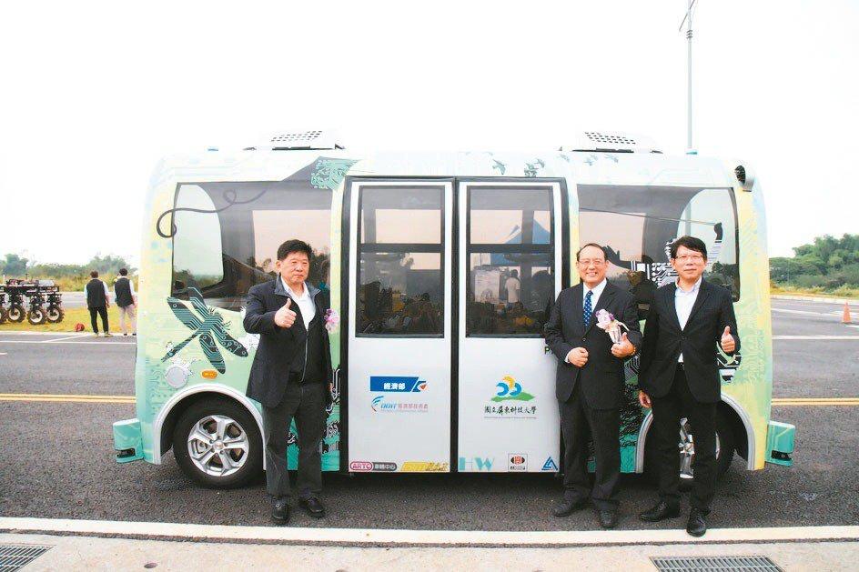 車輛中心總經理王正健(右起)、屏科大校長戴昌賢、六和機械董事長宗緒順與「電動線控底盤-PA自動駕駛原型車」合影。車輛中心/提供