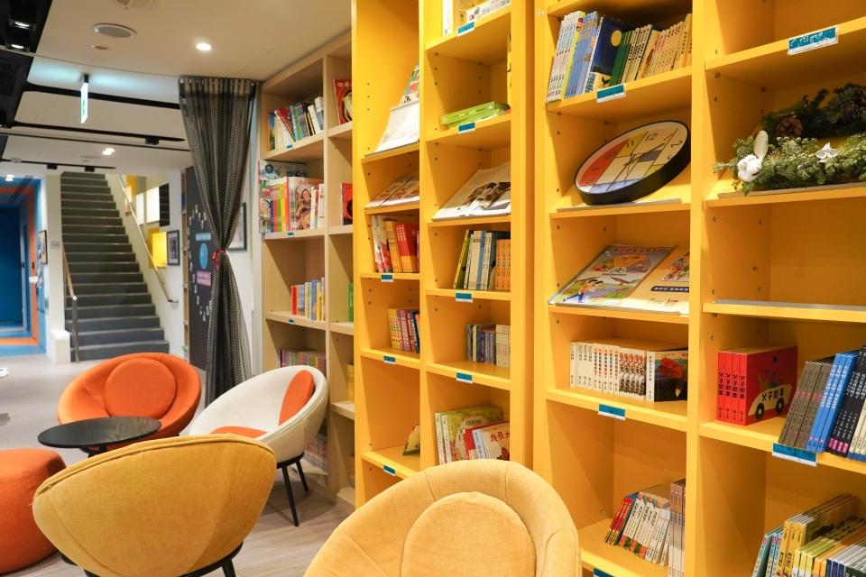 孕學林李高賜執行長表示每日花十分鐘念繪本給小孩聽,可達到孩子發展10倍以上的好處,因而在月子中心有繪本圖書館,讓新手媽媽有空間及素材念給寶寶聽。趙莛宇/攝影