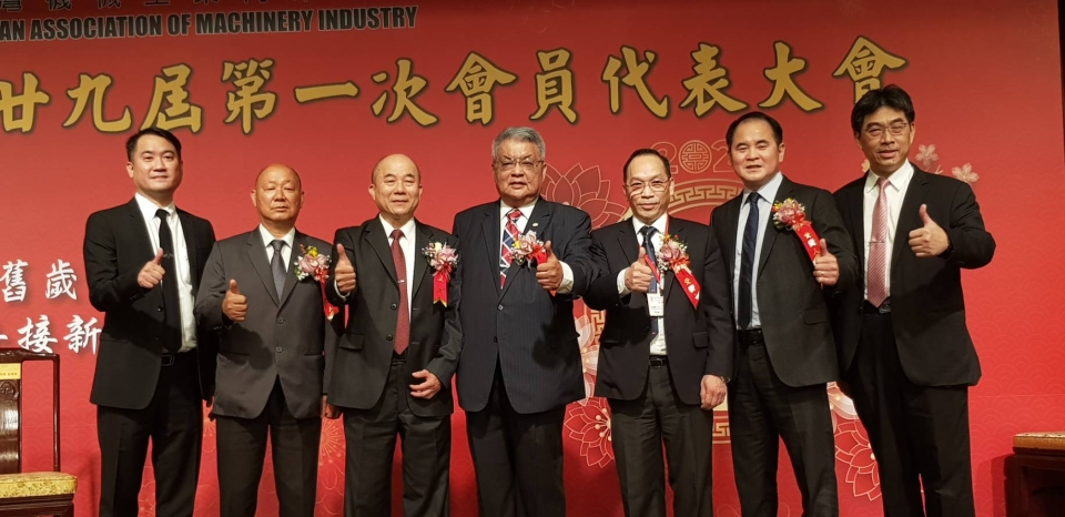 The newly elected 29th chairman and board members pose at the Taiwan Association of Machinery Industry assembly. (Photo courtesy of UDN)