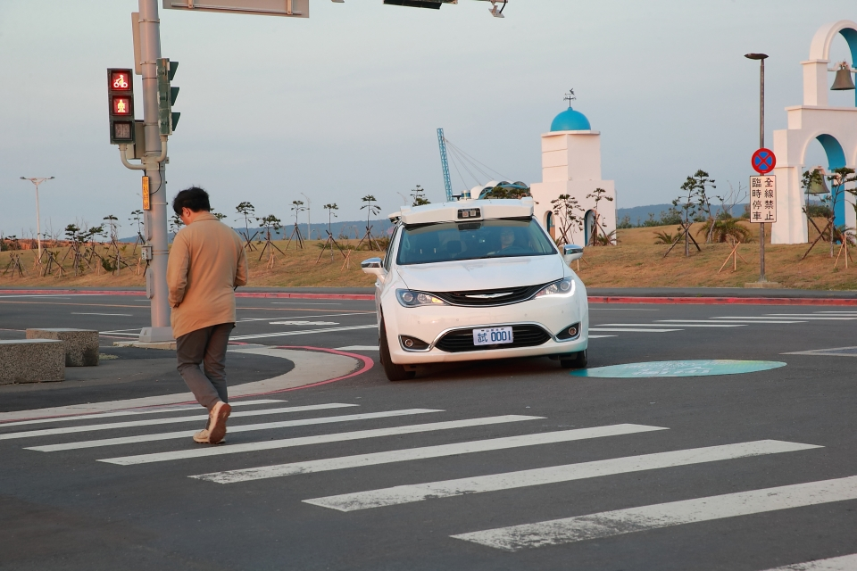 The ITRI-developed self-driving vehicle is shown slowing down and stopping upon encountering a pedestrian, even without traffic signs. (Photo courtesy of ITRI)