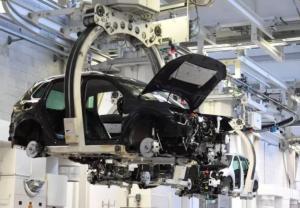 去年底全球晶片短缺蔓延至今,進入3月後,擴大對車企生產影響,多家企業宣布4月將停產。路透