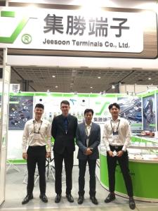 集勝端子經理王志誠(右二)率領團隊參加AMPA展。 蕭永樂/攝影