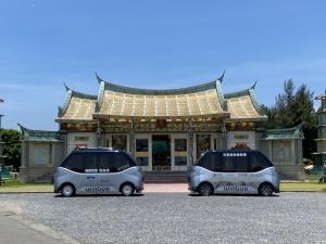 圖為車輛中心WinBus 一代車與二代車,於彰濱工業區執行「鹿港彰濱智慧觀光接駁」營運實驗計畫。圖/車輛中心提供