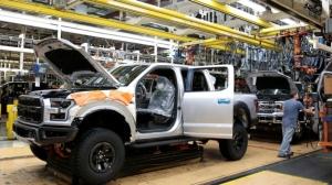 晶片短缺造成車廠停工,美國商務部長雷蒙多呼籲大幅提高美國電腦晶片產能。圖為福特汽車的卡車組裝廠。(圖檔來源:路透)