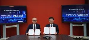 國巨董事長陳泰銘(左)與鴻海董事長劉揚偉簽署合資新設國瀚半導體公司協議。鴻海╱提供
