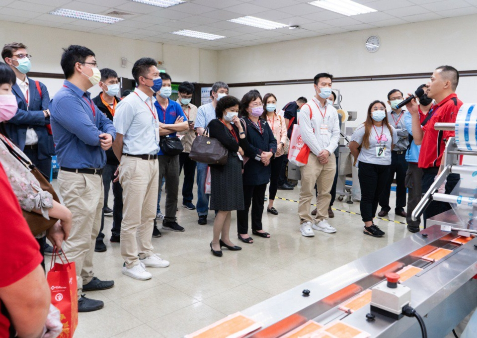 現場專員說明口罩包裝機講解。 本源興/提供