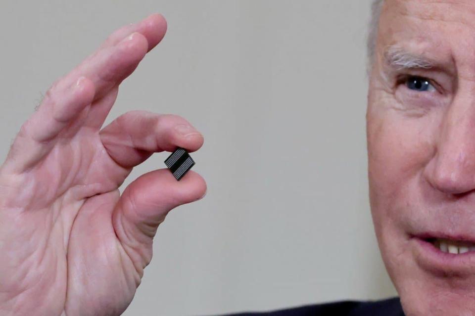 美國總統拜登手持晶片。圖檔來源:聯合報系/路透