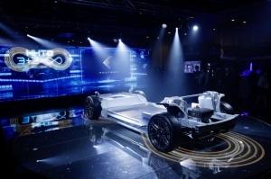 鴻海與台塑兩大集團談電動車合作,最重要的是想要攜手闖進電動車最關鍵的電池領域,尤其是被譽為未來電動車電池「明日之星」的固態電池。圖為鴻海電動車開放平台MIH展示電動車雛形。圖檔來源:聯合報系/歐新社