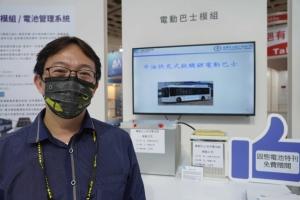 工研院材化所儲能組的黃立中研究員在台北汽配系列展與工研院和中油合力展出的LTO快充電池模組合影。(圖/趙莛宇)