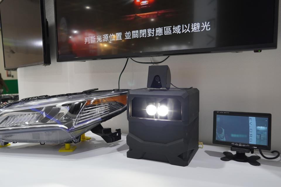 車輛中心展示車輛頭燈自適應調節系統。圖/中經社