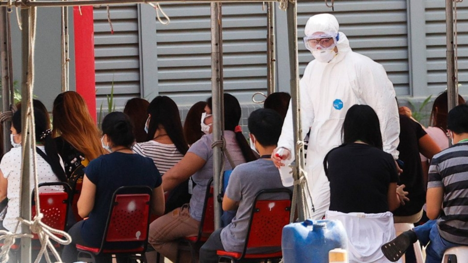 京元電昨天上午在廠內舉行千人快篩,但受測者並未維持社交距離。圖檔來源:聯合報系