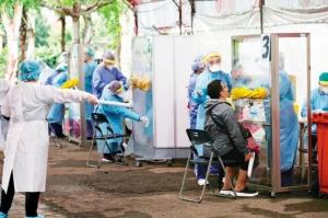 苗栗竹南的京元電子和超豐電子爆發群聚感染,縣府為了加緊快篩腳步,在竹南工業區的公園內設立快篩站。圖檔來源:聯合報系