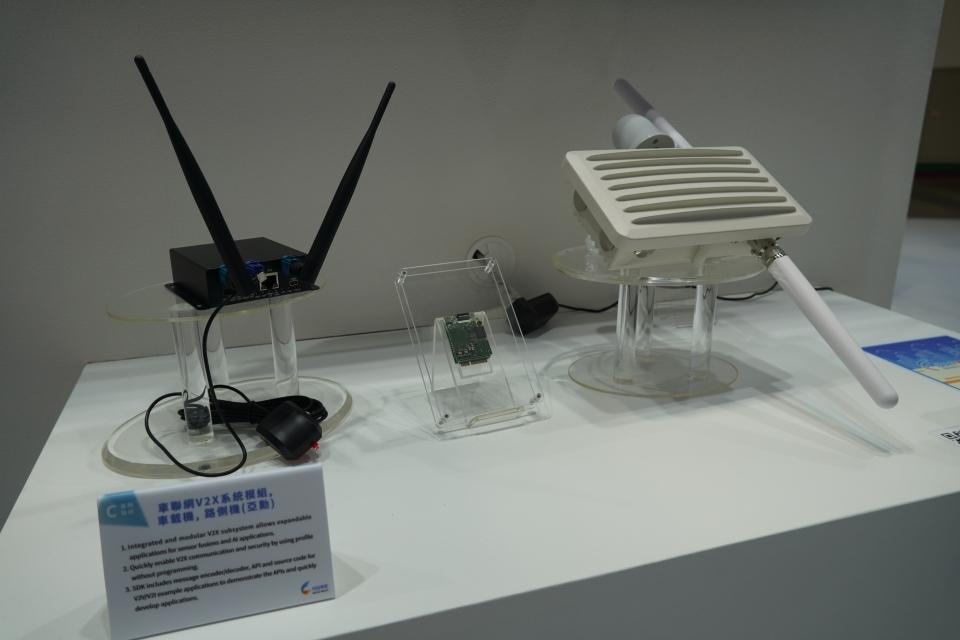 亞勳車聯網V2X系統模組、車載機及路側機。(圖 /中經社