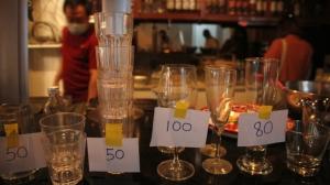 泰國曼谷一間餐館因為新冠封鎖不能營業,已經撐不下去,老闆決定結束營業,變賣店內家當。 圖檔來源:歐新社