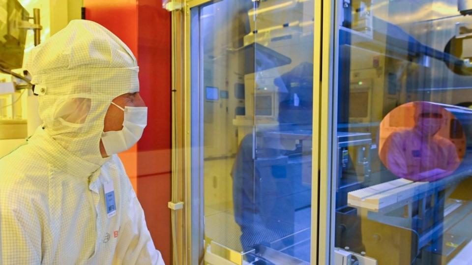 工作人員在晶圓廠內監控製程。 圖檔來源:路透