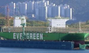 長榮向三星重工訂造的2.4萬TEU巨輪,7月將交第一艘EVER ACE。圖為今年4月間在造船舶。(網路照片)