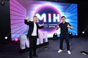 MIH執行長鄭顯聰(左)與MIH技術長魏國章。 MIH/提供