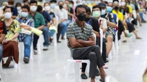 泰國民眾排隊等候接種新冠肺炎疫苗。變種病毒Delta快速傳播,掀起新一波感染潮,促使各國加快疫苗施打腳步。圖檔來源:聯合報系/路透