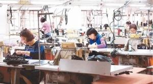 疫情期間成衣廠趕製隔離衣。圖檔來源:聯合報系資料照