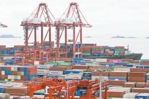 中國大陸寧波舟山港因疫情暫停營運,成為海運業務受擾可能延續至明年的最新證據。圖檔來源:聯合報系/路透