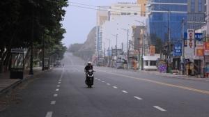 越南當局宣布,胡志明市的居家避疫令將延長到9月15日,今日起提高封鎖強度,民眾不得離開家門,台資鞋廠停工期再延至8月31日。圖檔來源:美聯社