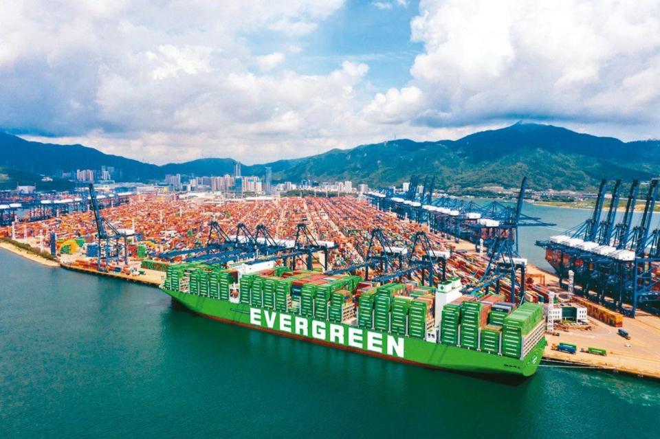 貨櫃三雄8月營收創新高,合計衝破千億元。圖為長榮貨櫃輪。圖檔來源:長榮海運提供