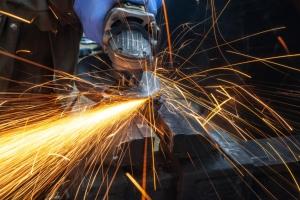 缺工嚴重!調查:逾七成製造業、工程建設找不到人才</h2>