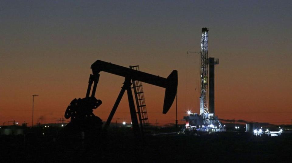 全球能源供應危機的憂慮加深,倫敦布蘭特油價28日盤中衝破每桶80美元關卡,為三年來首見,已回到新冠疫情發生前的高點。圖檔來源:聯合報系/美聯社