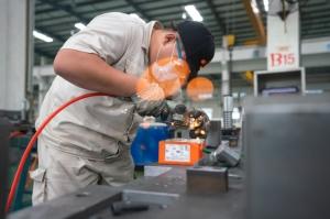 大陸近期多地傳出限電限產,將衝擊製造業生產,從而影響整體經濟表現。圖為河北省黃驊市一家模具工廠。圖檔來源:聯合報系/新華社
