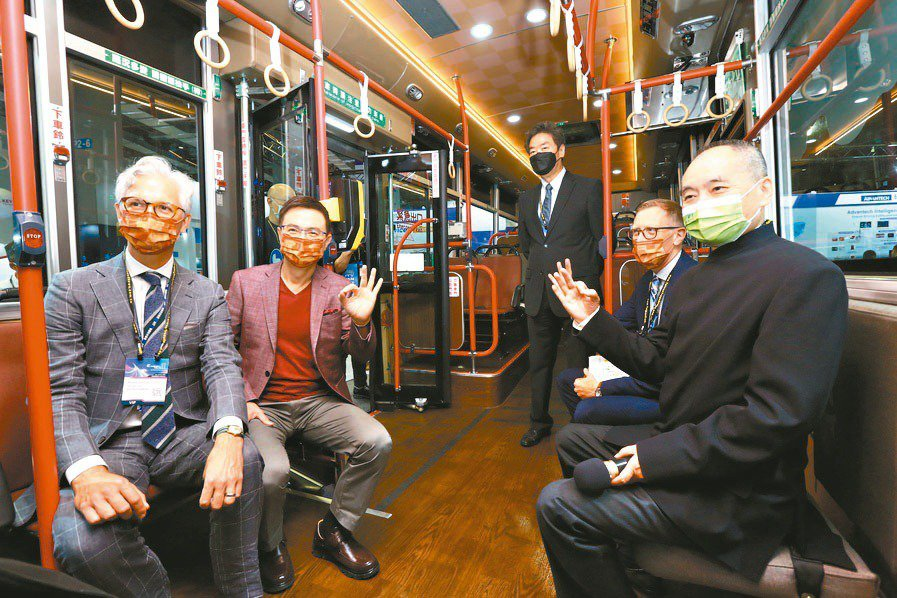 TAITRA Chairman James Huang and VIPs tour an electric bus at the 2035 E-Mobility Taiwan show. (Photo credit: TAITRA)