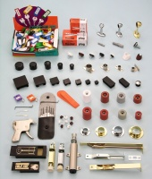 管類固定器及管塞、獎牌支架、把手、鑰匙及其他傢俱五金
