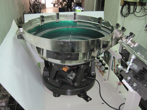 Vibrating screw feeder with patented base